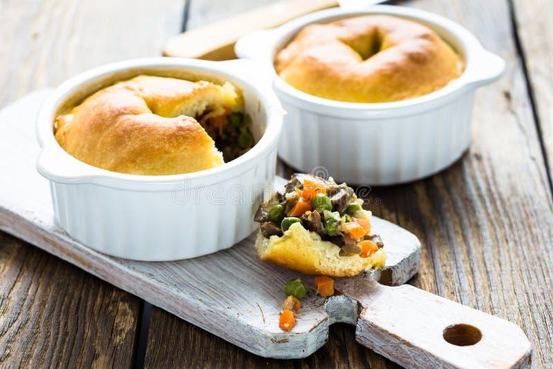 Download Пирог бака в Ramekin с овощами Стоковое Изображение - изображение насчитывающей цыпленок, печенье: 40591469