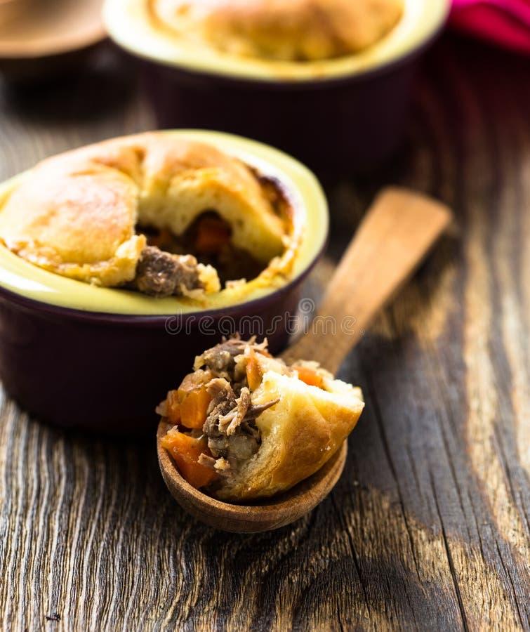Download Пирог бака говядины в Ramekin Стоковое Изображение - изображение насчитывающей обед, сирень: 40591465
