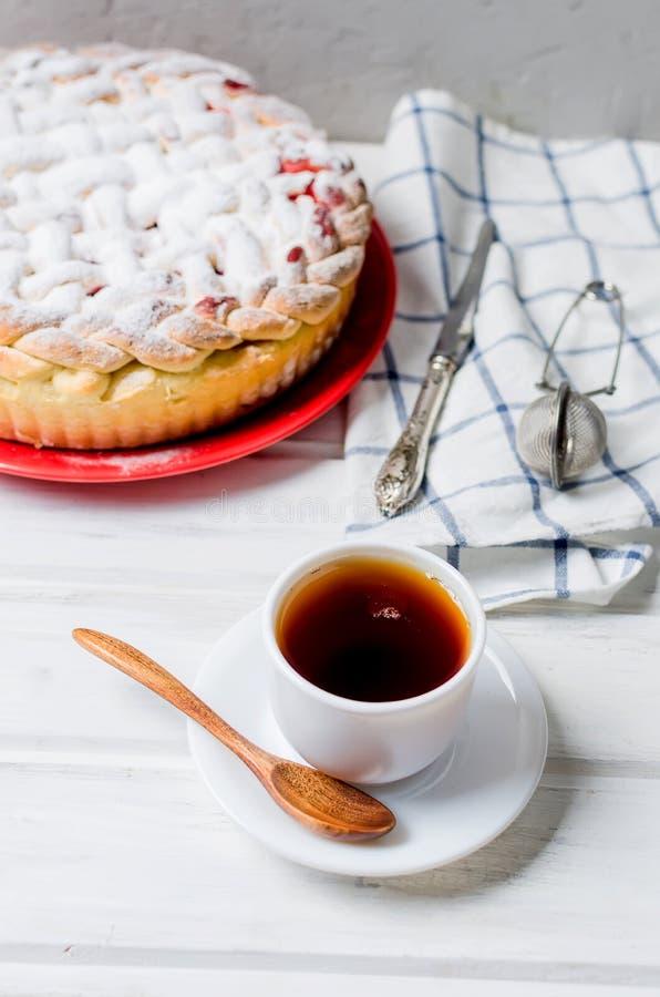 пирог в стеклянной круглой форме, торт вишни дрожжей стоковое изображение