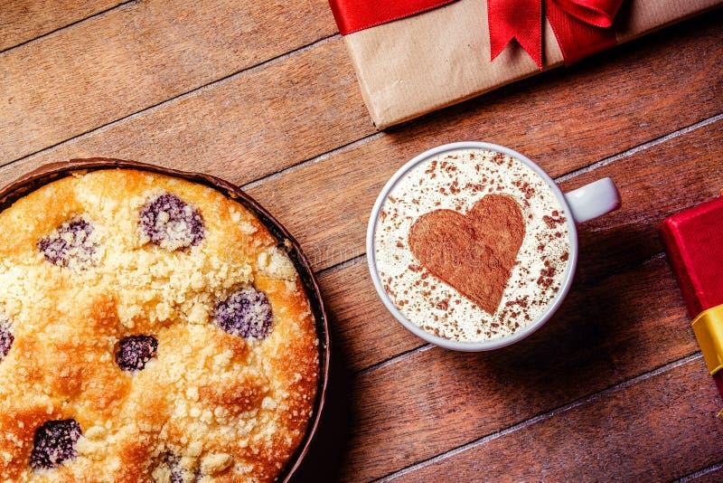 Пирог и чашка кофе с сердцем формируют с подарочными коробками стоковые фотографии rf
