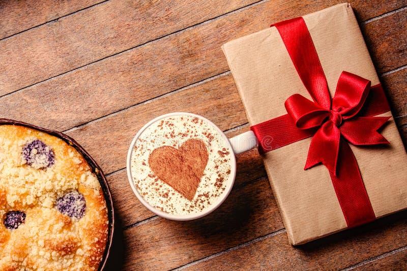 Пирог и чашка кофе с сердцем формируют с подарочными коробками стоковая фотография rf