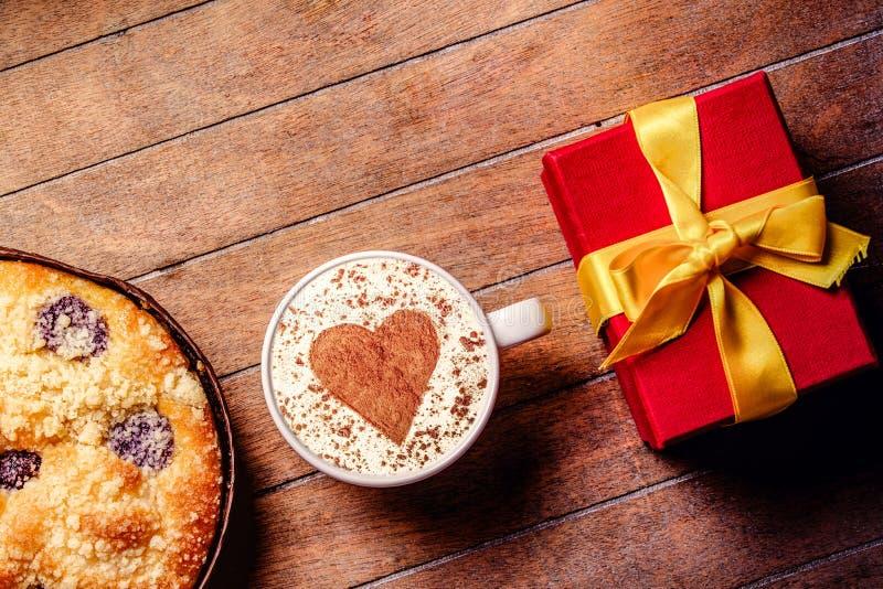 Пирог и чашка кофе с сердцем формируют с подарочными коробками стоковое изображение rf