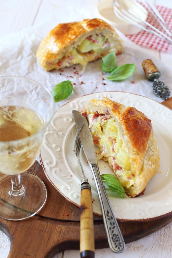 Пирог камамбера с шпиками и картошками стоковое фото