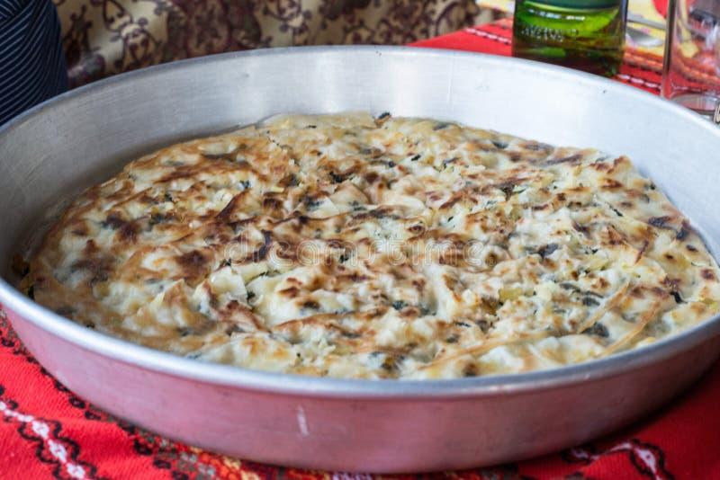 Пирог картошки с овощами и сыром стоковое фото rf