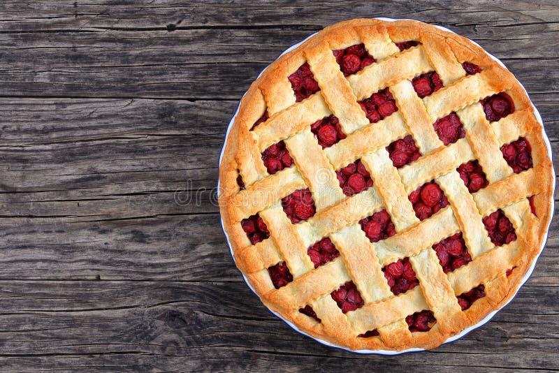 Пирог кислой вишни с милой верхней частью решетки стоковое фото rf