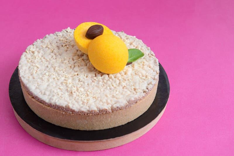Пирог кокоса с абрикосом и белым шоколадом стоковые изображения rf