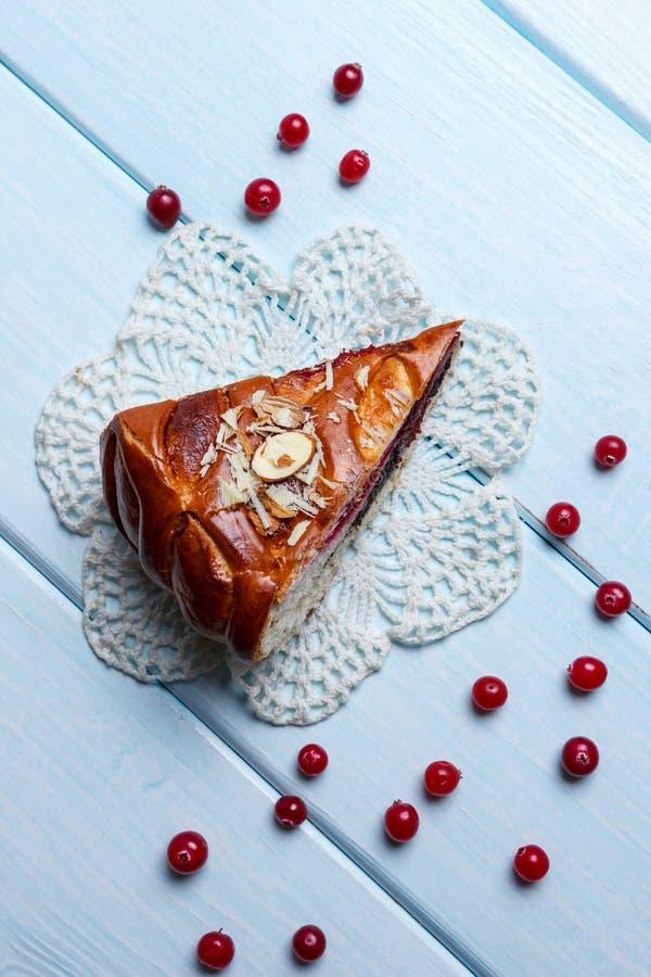 Пирог на белой салфетке стоковая фотография