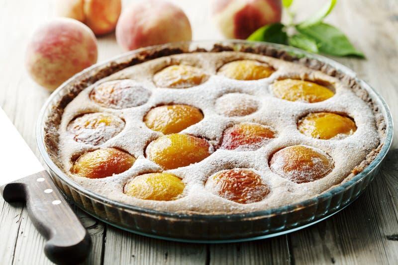пирог персика деревенский стоковое изображение rf