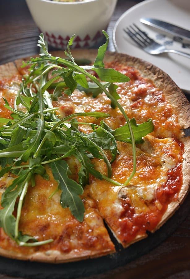 Пирог пиццы паприки ракеты гриба сыра стоковые фото