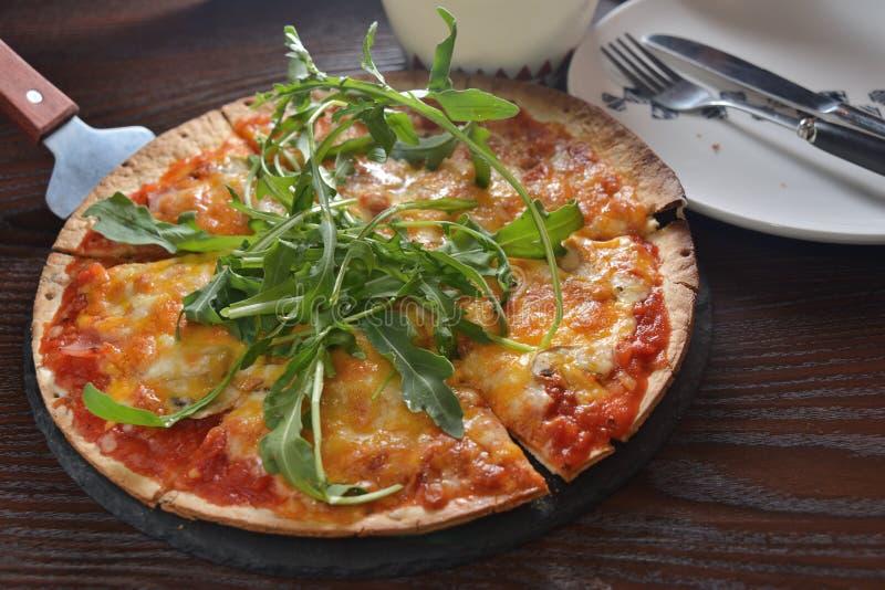 Пирог пиццы паприки ракеты гриба сыра стоковое изображение