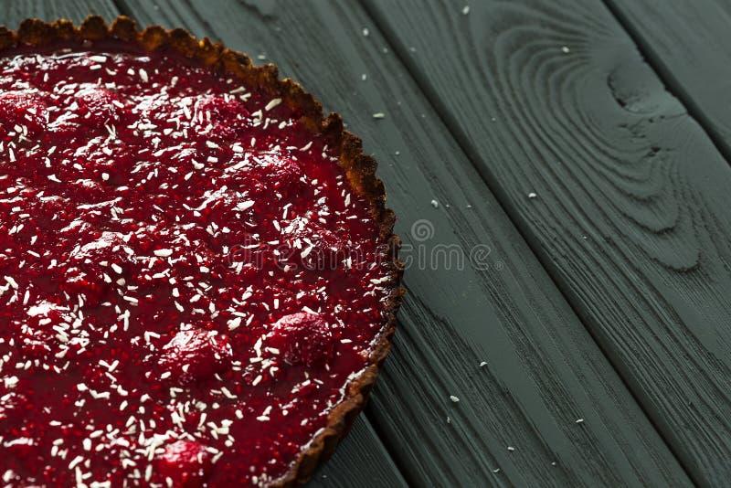 Пирог поленики дня Valenines очень вкусный здоровый сырцовый от еды и поленик миндалины на темной деревянной предпосылке, взгляд  стоковые фотографии rf