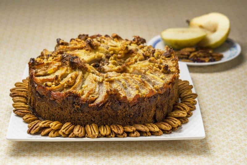 Пирог плодоовощ пирога груши домодельный органический с гайками пекана стоковое изображение rf