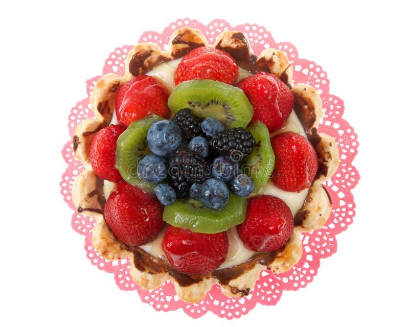 Пирог свежих фруктов на розовом doily изолированном на белизне стоковые изображения rf