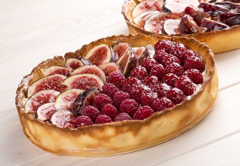 Пирог со смоквой и полениками со сливк сыра стоковое изображение