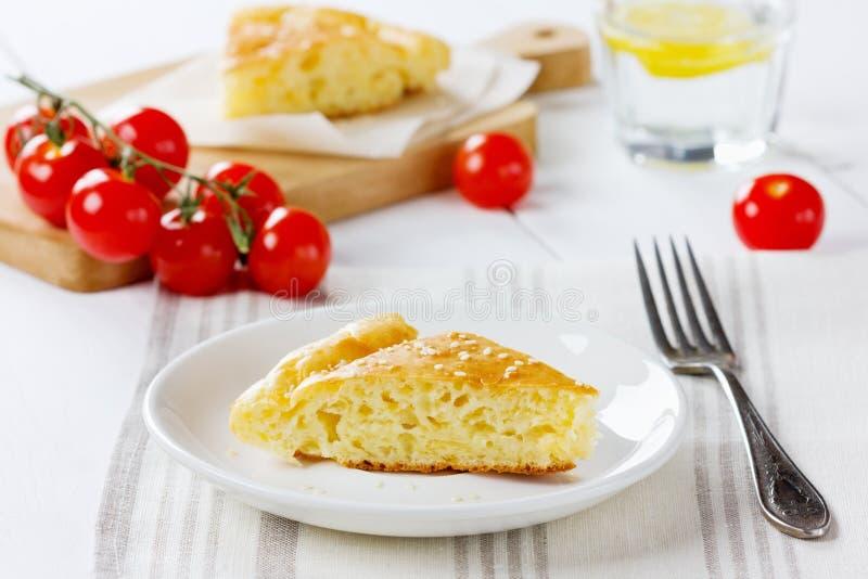 Пирог сыра с томатами вишни стоковое изображение rf