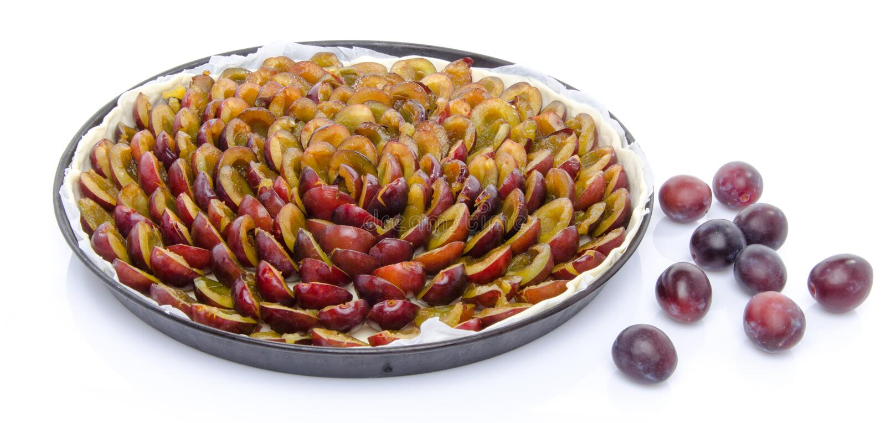Пирог сливы перед печь стоковое изображение