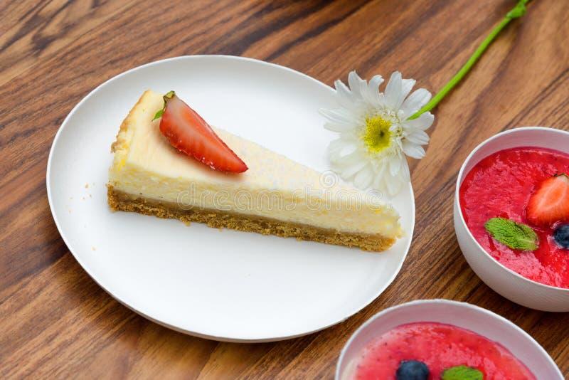 Пирог с клубниками, плита Mascarpone десерта стоковые фото