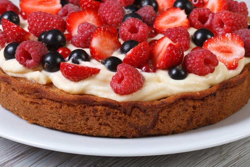 Download Пирог с клубниками, полениками и смородинами и сливк Стоковое Изображение - изображение насчитывающей сливк, bakersfield: 41653293