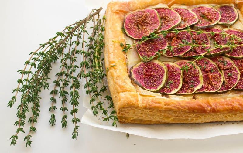 Пирог с смоквами и камамбером стоковые фотографии rf