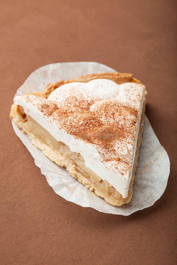 Пирог творога ванильный на коричневой предпосылке стоковые изображения rf