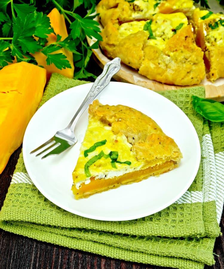 Пирог тыквы и сыра в плите на темной доске стоковые изображения rf