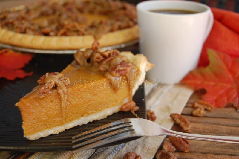 Пирог тыквы с отбензиниванием и кофе пралине стоковая фотография