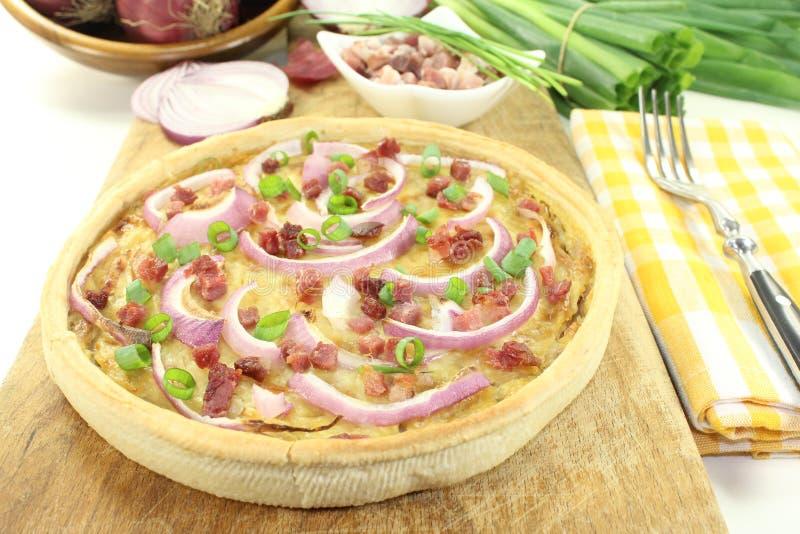 Пирог лука с беконом стоковые изображения