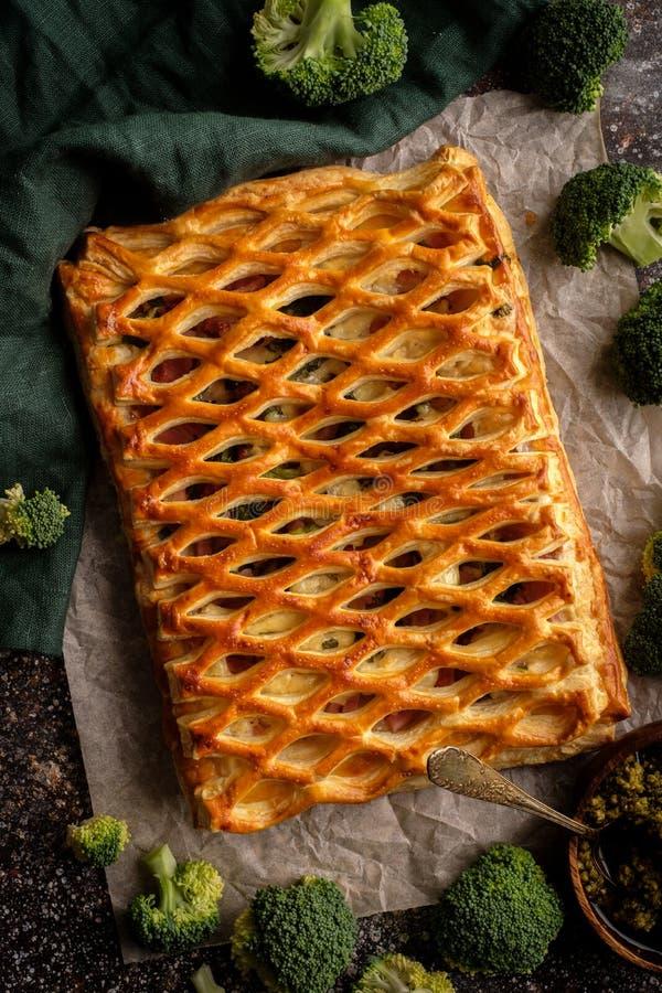 Пирог цыпленка с брокколи от взгляд сверху печенья слойки стоковая фотография rf