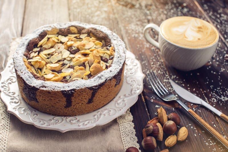 Пирог шоколада домодельного праздника рождества или Нового Года с гайками на предпосылке деревянного стола Концепция праздничных  стоковое фото rf