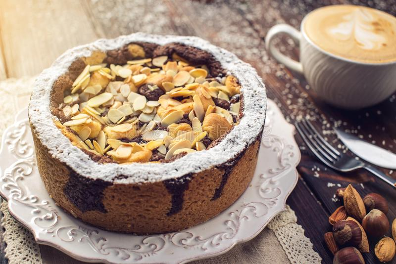 Пирог шоколада домодельного праздника рождества или Нового Года с гайками на предпосылке деревянного стола Концепция праздничных  стоковое фото