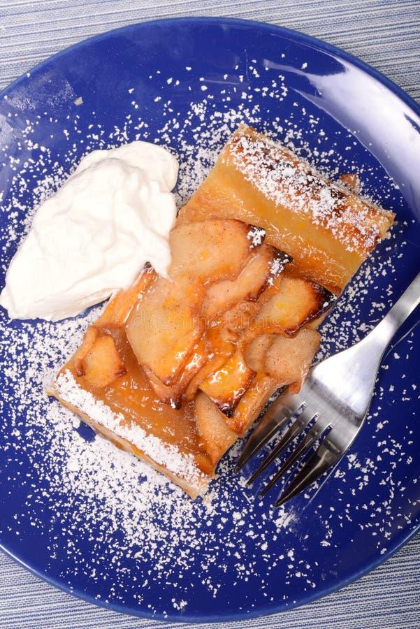 Пирог Яблока с взбитой поливой сливк и абрикоса стоковое изображение