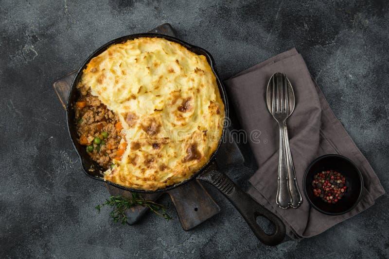 Пирог ` s чабана Семенить cass мяса, картофельных пюре и овощей стоковое изображение rf