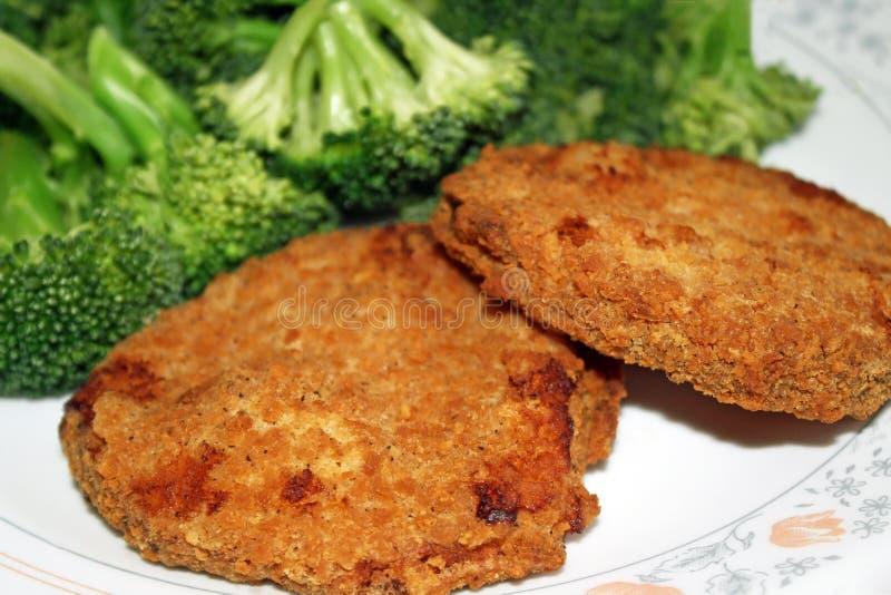 Пирожки и брокколи цыпленка стоковые изображения