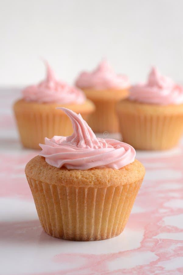 Пирожное ванили с розовый замораживать стоковые фотографии rf