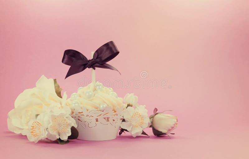 Пирожное винтажного фильтра стиля ретро белое с флористическим украшением стоковое фото rf