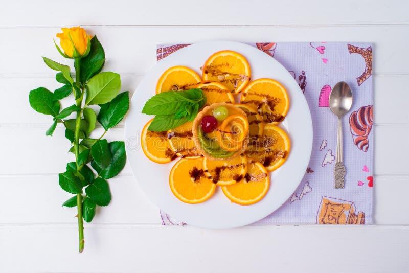 Пирожное двиньте под углом взгляда съемки пирожня вишни предпосылки широкая delectable розового белая Снято на белой предпосылке стоковые фото