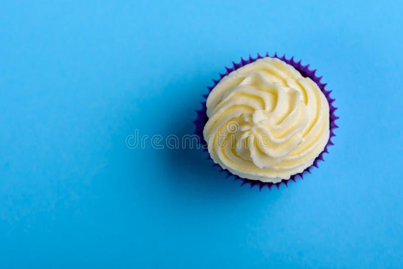 Пирожное в пурпурном обруче на предпосылке бирюзы Минималистский взгляд сверху с космосом экземпляра стоковые фотографии rf