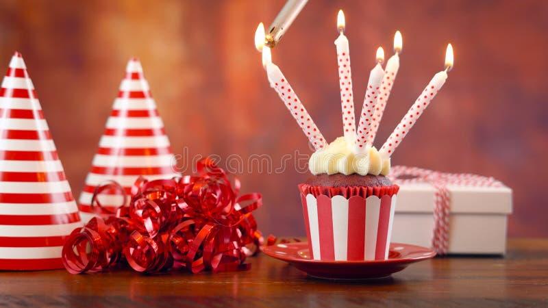 Пирожное дня рождения освещения с свечами и подарком стоковое фото