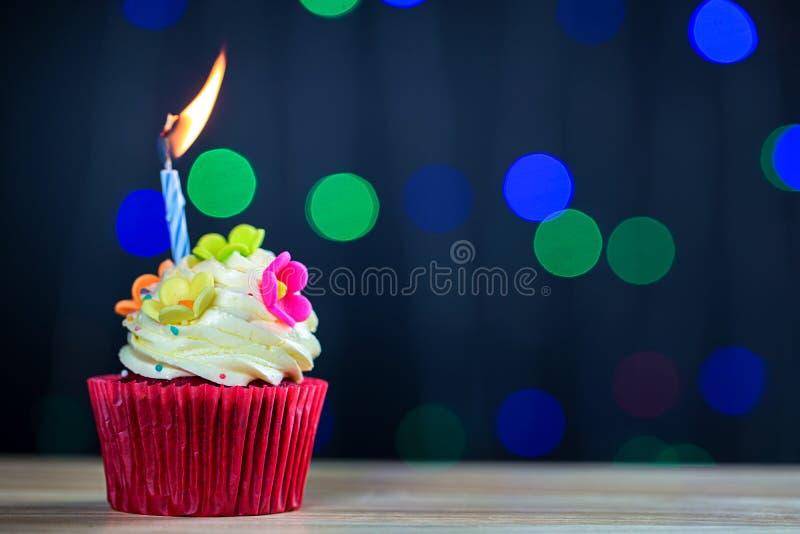Пирожное дня рождения с одиночной голубой свечой Пирожное с желтой сливк и сердце для валентинок любов зеленые пирожные кроны со  стоковое изображение