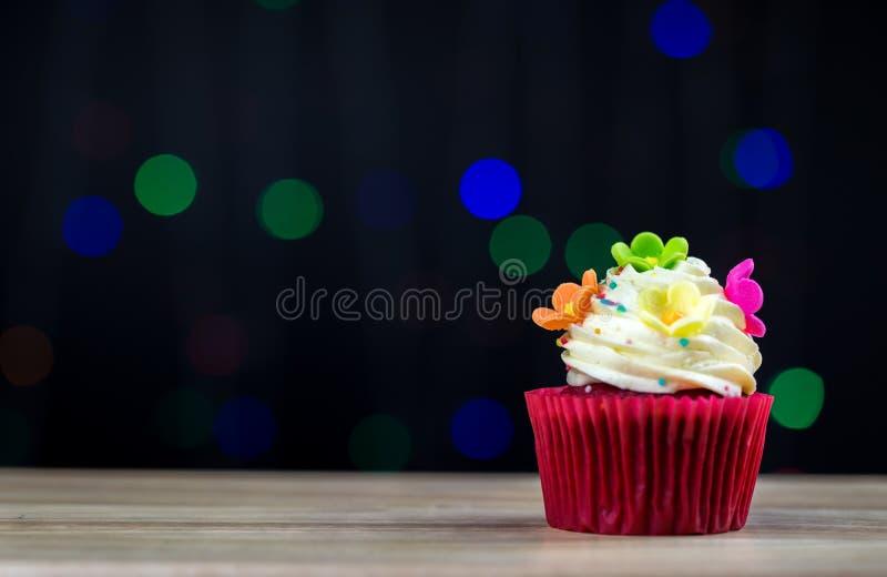 Пирожное дня рождения с одиночной голубой свечой Пирожное с желтой сливк и сердце для валентинок любов зеленые пирожные кроны со  стоковая фотография