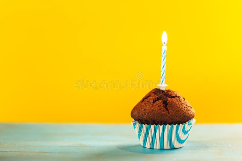 Пирожное дня рождения с одиночной свечой стоковая фотография