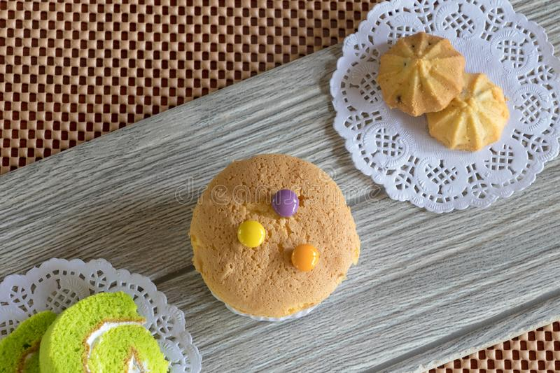 Пирожное и печенье крена торта на деревянном столе стоковая фотография