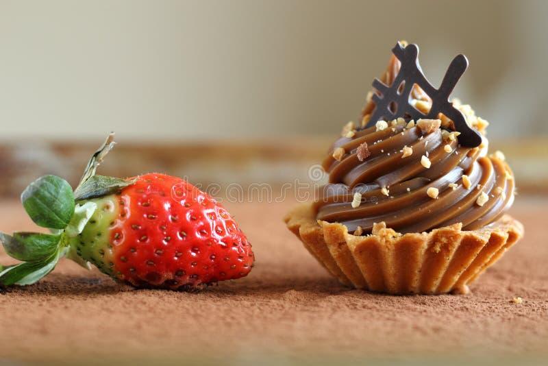 Пирожное карамельки с клубникой стоковое изображение rf