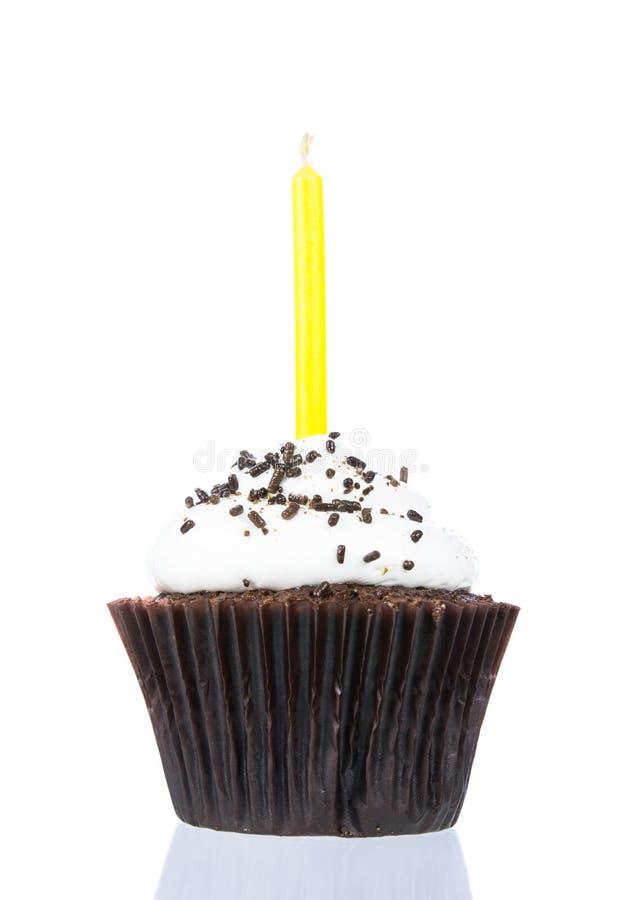 Пирожное дня рождения с изолятом свечи стоковое изображение