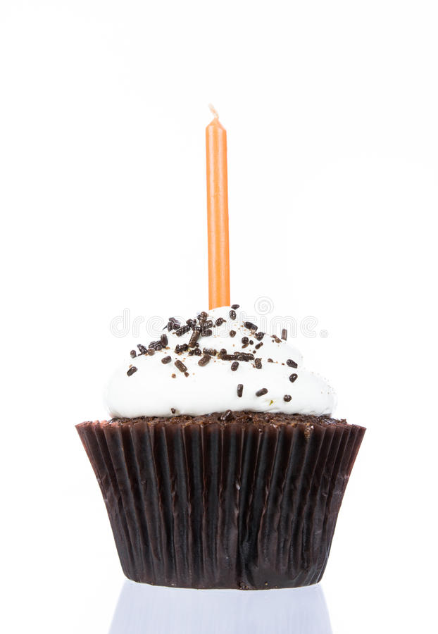 Пирожное дня рождения с изолятом свечи стоковые фотографии rf