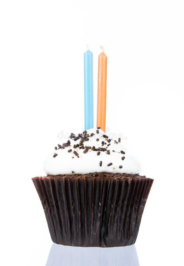Пирожное дня рождения с изолятом свечи стоковая фотография rf