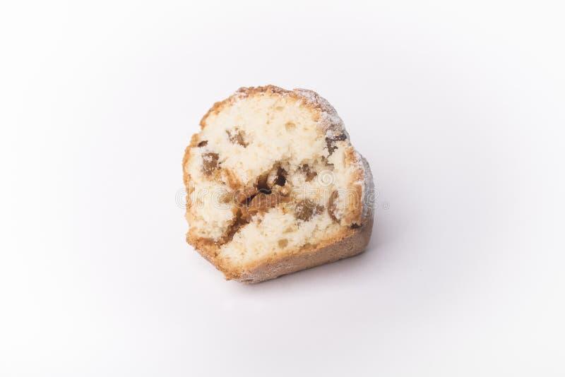 Пирожное с изюминками и карамелькой в отрезке изолированном на белой предпосылке стоковые фото