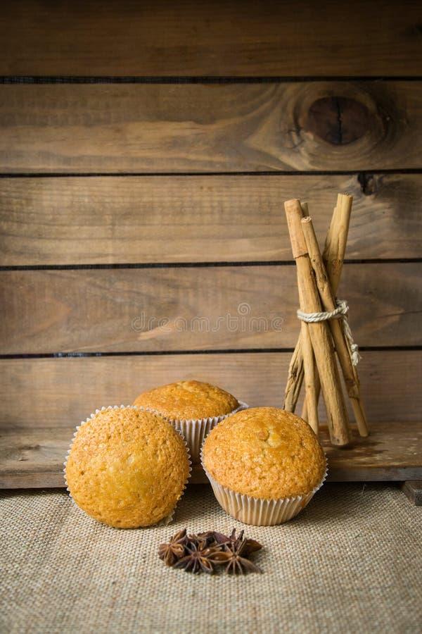 Пирожное с циннамоном на древесине стоковые фото