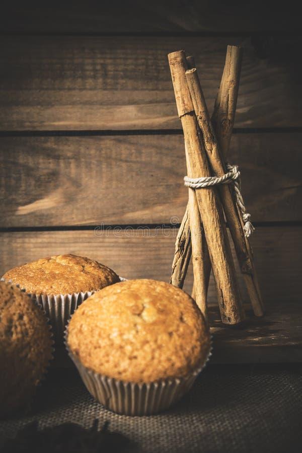 Пирожное с циннамоном на древесине стоковые изображения rf