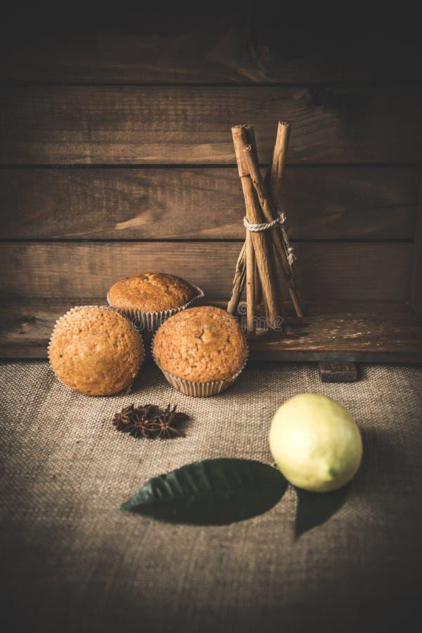 Пирожное с циннамоном на древесине стоковые изображения